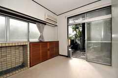 専有部の様子3。庭に出られます。(102号室)(2009-12-28,専有部,ROOM,1F)