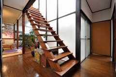 とても立派な階段。中庭側はガラス張り。(2009-12-28,共用部,OTHER,1F)