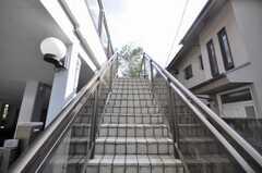 正面玄関へ向かう階段の様子。(2009-10-12,共用部,OTHER,1F)