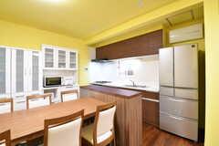 カウンターテーブルの対面がキッチンです。キッチン脇には冷蔵庫が設置されています。(2016-12-21,共用部,KITCHEN,1F)