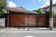 シェアハウスの外観。木製ルーバーの大きな門扉です。(2011-09-15,共用部,OUTLOOK,1F)