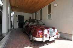 正面玄関の前は車庫になっています。(2011-09-15,共用部,OTHER,1F)