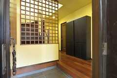 正面玄関から見た内部の様子。右手の黒い収納は共用です。収納の左手からバスルーム、右手にはリビングへつづくドアがあります。(2011-09-15,周辺環境,ENTRANCE,1F)