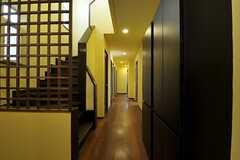 廊下の様子。左手階段の奥にランドリー、トイレがあります。(2011-09-15,共用部,OTHER,1F)