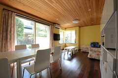玄関側から見たリビングの様子。(2011-09-15,共用部,LIVINGROOM,1F)