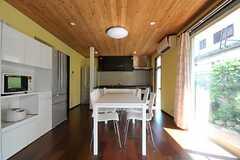 ダイニングテーブルの様子。キッチンとの間には作業台があります。(2011-09-15,共用部,LIVINGROOM,1F)