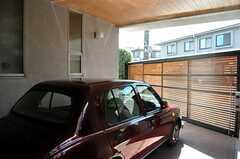 玄関から車庫を眺めた様子。(2011-09-15,共用部,OTHER,1F)