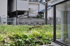 線路はすぐ脇。2両編成の世田谷線が通ります。(103号室)(2012-07-11,専有部,ROOM,1F)