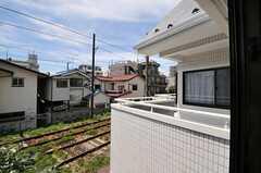 窓からは線路が見えます。(203号室)(2012-07-11,専有部,ROOM,2F)