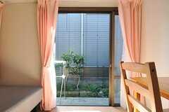 窓の外は共用のベランダです。(103号室)(2013-04-09,専有部,ROOM,1F)