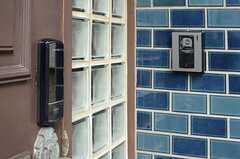 ドアの鍵はナンバー式のオートロックです。(2014-02-07,周辺環境,ENTRANCE,1F)