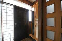 内部から見た玄関周辺の様子。(2014-02-07,周辺環境,ENTRANCE,1F)
