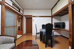 左手の引き戸の先がキッチンです。(2014-02-07,共用部,LIVINGROOM,1F)