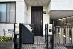 門扉と玄関ドアの様子。(2020-08-21,周辺環境,ENTRANCE,1F)