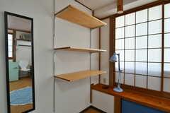 棚の様子。高さが変えられます。机としても使用できます。(202号室)(2020-08-21,専有部,ROOM,2F)