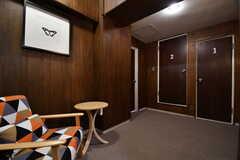 廊下の様子。「1」のドアがトイレ、「2」のドアがシャワールームです。(2016-12-08,共用部,OTHER,6F)