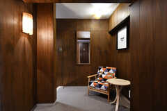 廊下の様子2。休憩ができるようにソファが置かれています。(2016-12-08,共用部,OTHER,6F)
