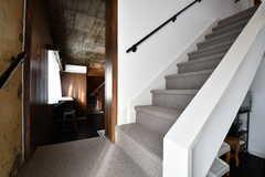 階段の様子3。もともと隣同士のメゾネットをひとつにつなげているため、室内に階段がふたつあります。(2016-12-08,共用部,OTHER,5F)