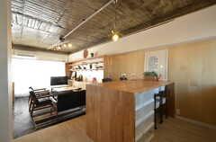 リビングの様子。手前はキッチンで、段差が付けられています。(2016-01-26,共用部,LIVINGROOM,3F)