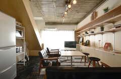 リビングの様子2。コンクリート打ちっぱなしの天井に、ニスが塗られています。(2016-01-26,共用部,LIVINGROOM,3F)