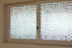 廊下に面した窓はレトロなガラス。(3101号室)(2016-01-26,専有部,ROOM,3F)