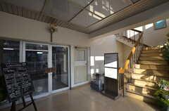 「D&DEPARTMENT」のカフェの入り口。2階がショップです。マンションの住戸とは入り口が分かれています。(2016-01-26,共用部,OTHER,1F)