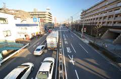 建物の目の前は環状八号線。車通りはありますが、シェアハウスは建物の裏側に位置しているため、騒音は気になりません。(2016-01-26,共用部,ENVIRONMENT,1F)