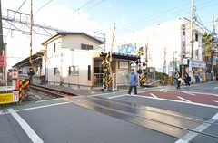 東急大井町線・九品仏駅の様子。駅の両隣はコンビニとスーパーです。(2016-01-26,共用部,ENVIRONMENT,1F)