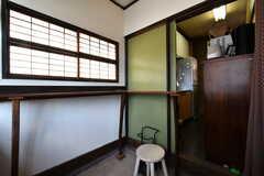 内部から見た玄関の様子。右手のドアの先はキッチンです。(2018-08-10,周辺環境,ENTRANCE,1F)