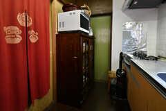 食器棚の様子。電子レンジが上に設置されています。(2018-08-10,共用部,KITCHEN,1F)