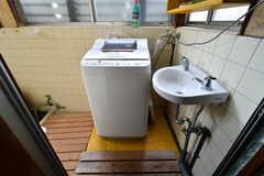 洗濯機置場の様子。手洗い場が設置されています。(2018-08-10,共用部,LAUNDRY,1F)