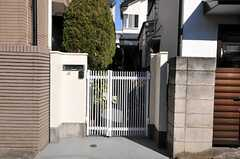 シェアハウスの門の様子。玄関は奥まっています。(2011-01-25,周辺環境,ENTRANCE,1F)