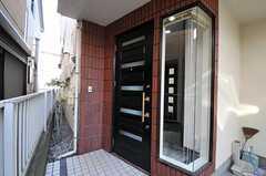 シェアハウスの正面玄関。一部がガラス張りです。(2011-01-25,周辺環境,ENTRANCE,1F)