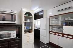 食器棚の奥にキッチンがあります。(2011-01-25,共用部,LIVINGROOM,1F)