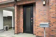 シェアハウスの正面玄関。(2011-11-18,周辺環境,ENTRANCE,1F)