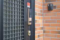 ディンプルキーのみ使用となります。ナンバー式の鍵は使用できません。(2011-11-18,周辺環境,ENTRANCE,1F)