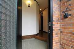 正面玄関から見た内部の様子。廊下の奥にリビングがあります。(2011-11-18,周辺環境,ENTRANCE,1F)