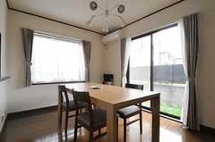 リビングの様子3。掃き出し窓からは庭に出られます。(2011-11-18,共用部,LIVINGROOM,1F)