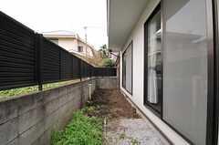 庭の様子。手前は物干し台が設置予定です。(2011-11-18,共用部,OTHER,1F)