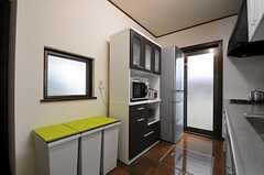 キッチンの様子2。畑で作った野菜もたくさん入る、大きめの冷蔵庫です。(2011-11-18,共用部,KITCHEN,1F)