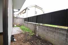 庭はリビングと繋がっています。手前は畑になる予定。(102号室)(2011-11-18,専有部,ROOM,1F)