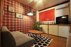 リビングの様子2。ブラインドは赤色です。(2013-09-09,共用部,LIVINGROOM,1F)
