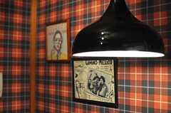 チェック柄とインダストリアルデザインのランプの相性が良い感じ。(2013-09-09,共用部,LIVINGROOM,1F)