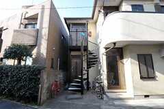 螺旋階段を上った先にシェアハウスの玄関があります。(2012-01-18,周辺環境,ENTRANCE,1F)