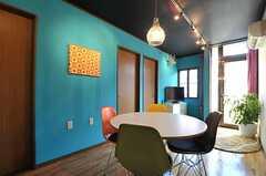 リビングの様子。左手のドアは手前から201、202、203号室です。(2012-01-18,共用部,LIVINGROOM,2F)