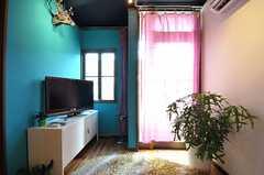 リビングの様子3。カーテン奧のドアからベランダに出られます。(2012-01-18,共用部,LIVINGROOM,2F)