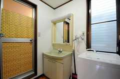 水まわり設備の様子。バスルームのドアにはシールが貼られています。(2012-01-18,共用部,OTHER,2F)