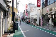 シェアハウス周辺の商店街の様子。ドーナツ屋さんと珈琲屋さんがあります。(2012-01-18,共用部,ENVIRONMENT,1F)