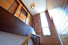 階段の踊り場には縦長の窓が設けられています。(2016-02-26,共用部,OTHER,1F)