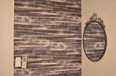 シックなカラーリングの壁紙。(208号室)(2020-09-29,専有部,ROOM,2F)